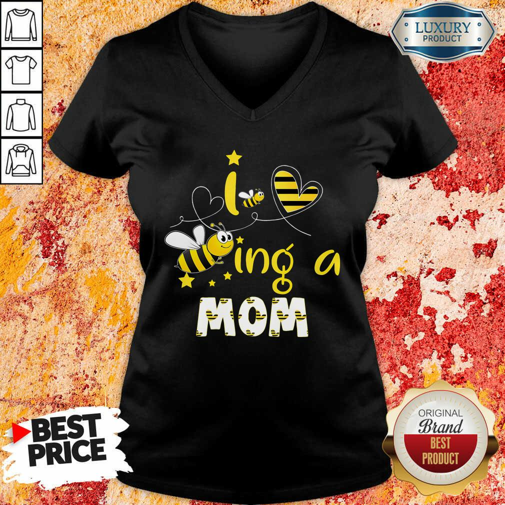 I Love Beeing A Mom Bee V-neck